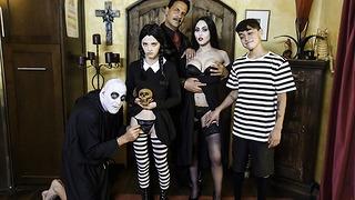 Családi vonások - Halloween A jelmezes parti hátborzongató családi csoportokkal végződik