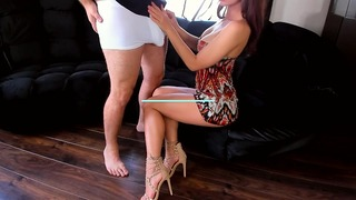 Sexy Teenager-Prostituierte, die an meinem großen Schwanz reitet