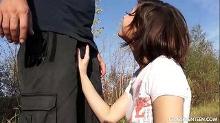 Kurvige Teenager-Göttin erhält von einem gefälschten männlichen Polizisten im Freien gefickt