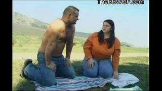 Lustful Bbw Bbw Freundin mit enormen Brust fickt mit ihrem Freund im Freien