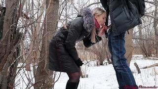Lány szar a külföldi egy téli udvarban
