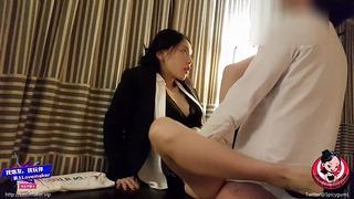 June Liu Spicygum - Il manager thailandese rimprovera il suo lavoratore per essere in ritardo