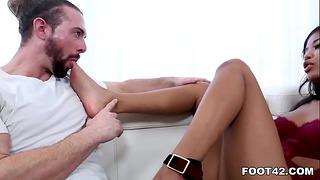 Miláčik Eben Nia Nacci skúša Foot Fetish