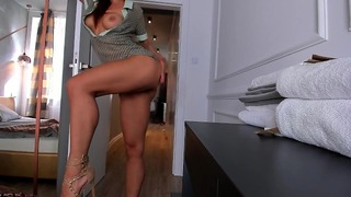 Sexy sexy dievča rýchlo jazdí na mojom penise